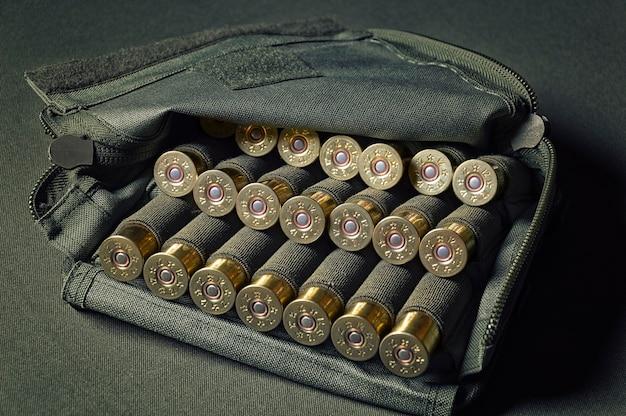 12 gauge shotgun shells gebruikt voor de jacht. militair concept, sportschieten, jagen.