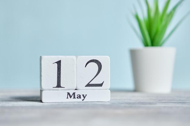 12 twaalfde dag mei maand kalender concept op houten blokken.