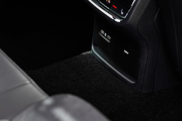 12v en 220v stopcontact in de auto. gesloten stopcontacten.