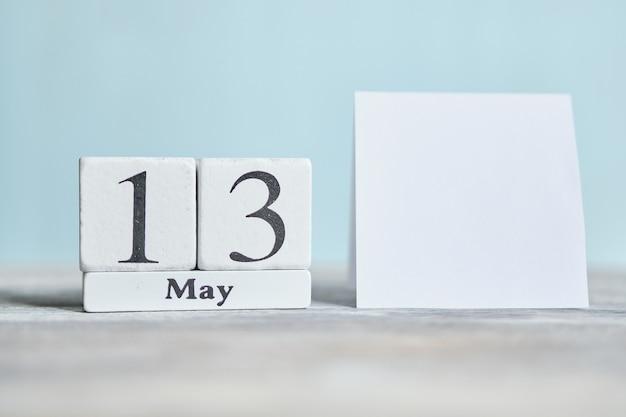 13 dertiende dag mei maand kalender concept op houten blokken. kopieer ruimte.