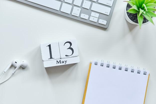 13 dertiende dag mei maand kalender concept op houten blokken.