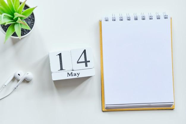 14 veertiende dag mei maand kalender concept op houten blokken. kopieer ruimte.