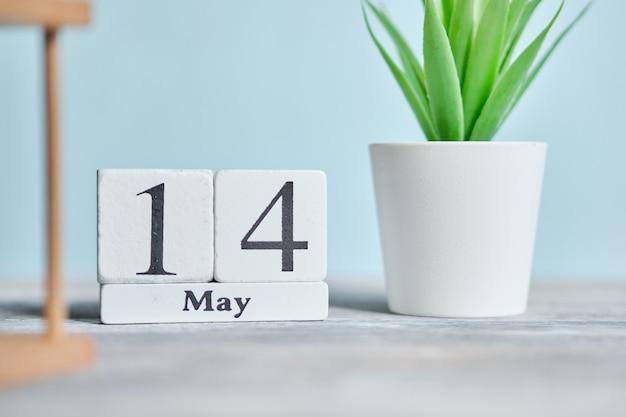 14 veertiende dag mei maand kalender concept op houten blokken.