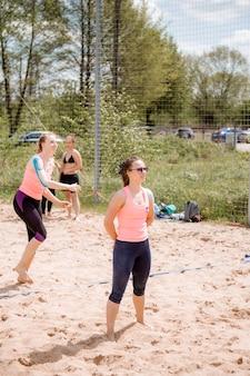 15-05-2021 - konstancin-jeziorna. polen. strand volleybal. wauw wakker. atleet die beachvolleybal speelt.