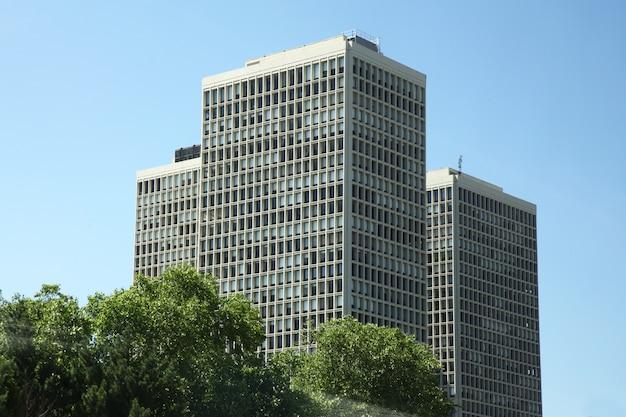 15,2018 new york-juni: groot bureau buliding in new york dichtbij weg bij de vs