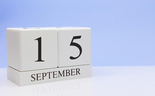 15 september. dag 15 van de maand, dagelijkse kalender op witte tafel met reflectie