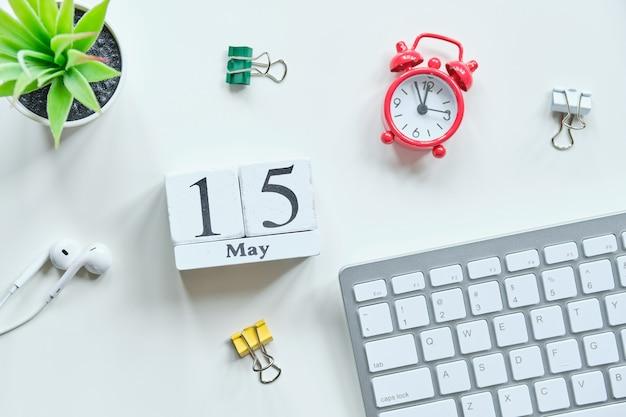 15 vijftiende dag mei maand kalender concept op houten blokken.