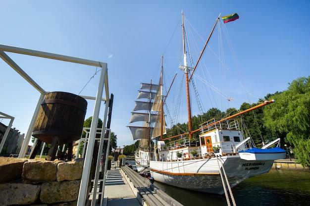 16 augustus 2017, klaipeda, litouwen.big schip meridian in klaipeda met zeilen op een zomer