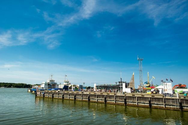 16 augustus 2017: klaipeda, litouwen boten en kranen in de haven van klaipeda.