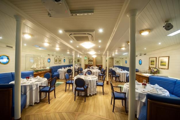 16 augustus 2017, klaipeda, litouwen. een hut in de vorm van een restaurant in het grote zeilschip
