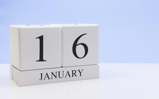 16 januari. dag 16 van de maand, dagelijkse kalender op witte tafel met reflectie