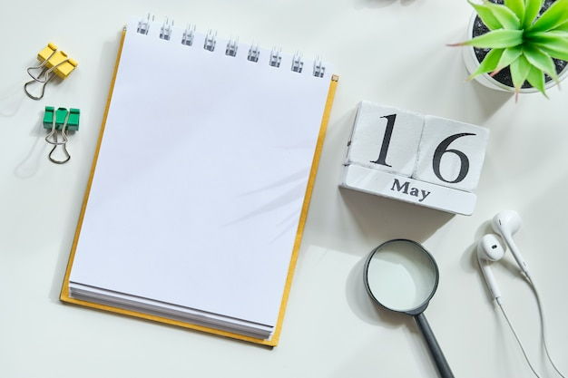 16 zestiende dag mei maand kalender concept op houten blokken. kopieer ruimte.