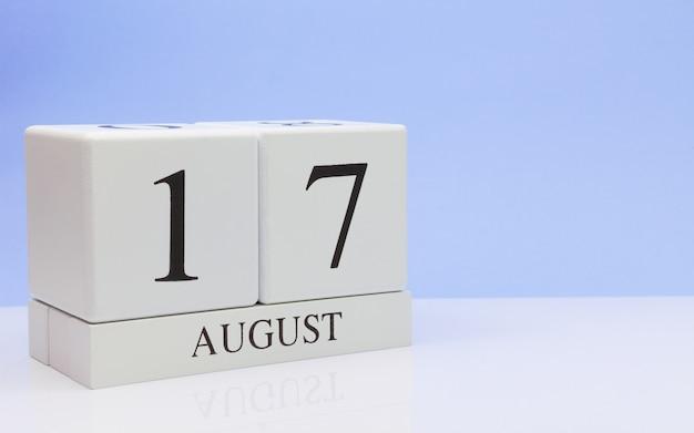 17 augustus. dag 17 van de maand, dagelijkse kalender op witte tafel