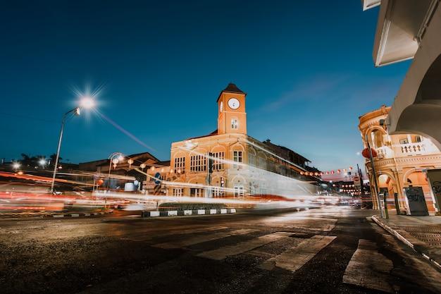 17 fab 2019: verkeer 's nachts in de oude stad van phuket: de kenmerken van sino portugese gebouwen: phuket, thailand