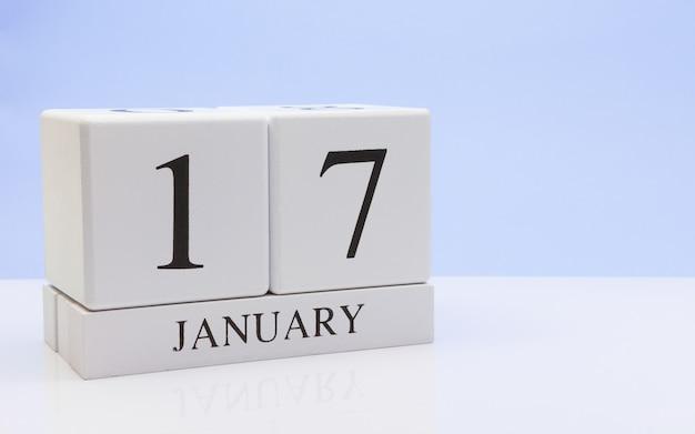 17 januari. dag 17 van de maand, dagelijkse kalender op witte tafel met reflectie