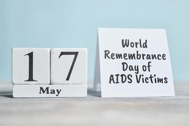 17 zeventiende wereldherdenkingsdag van aids-slachtoffers mei-maandkalenderconcept op houten blokken.