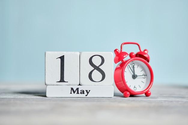 18 achttiende dag mei maand kalender concept op houten blokken.