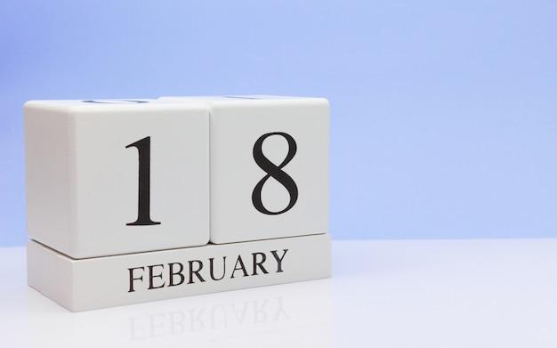 18 februari. dag 18 van de maand, dagelijkse kalender op witte tafel.