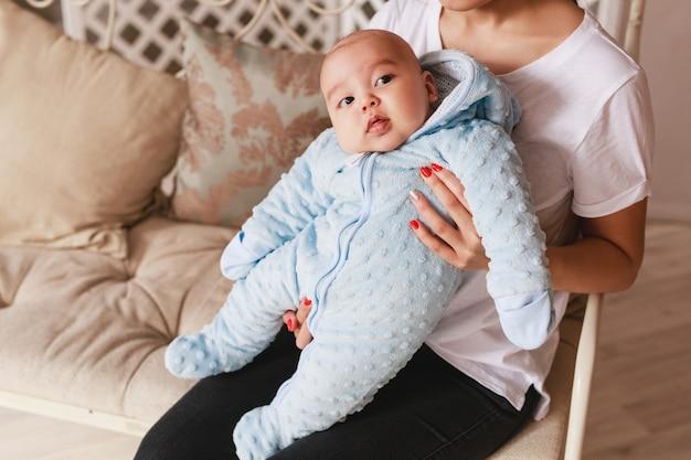 2 maanden oude pasgeboren gemengd ras aziatische blanke jongen. natuurlijke binnenverlichting. koele tonen.