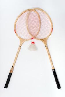 2 rackets voor badminton op een witte ondergrond