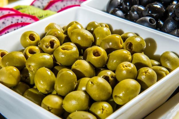 2 schalen met soort olijven groene olijven en zwarte olijven