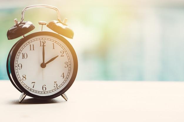 2 uur retro klok bij het zwembad openlucht ontspan de tijdconcept van de tijdvakantie