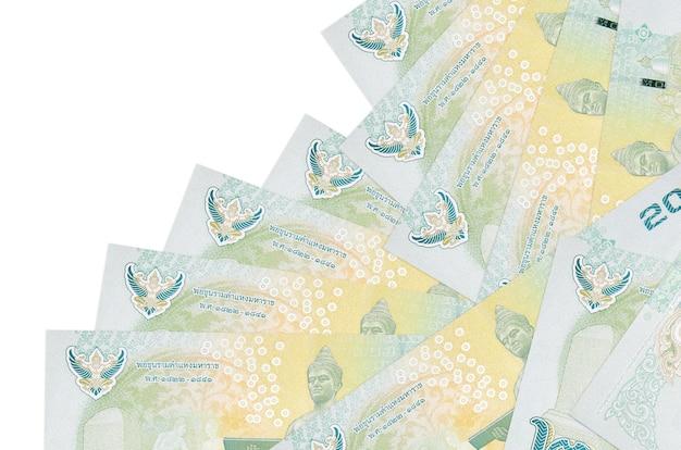 20 thaise baht-rekeningen liggen in verschillende volgorde op wit wordt geïsoleerd. lokaal bankwezen of geld verdienen concept.