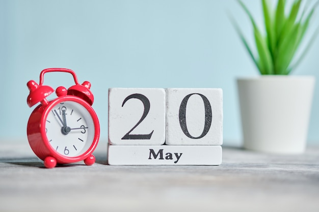 20 twintigste dag mei maand kalender concept op houten blokken.