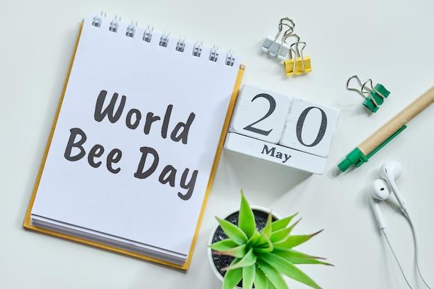 20 twintigste world bee dag mei maand kalender concept op houten blokken.