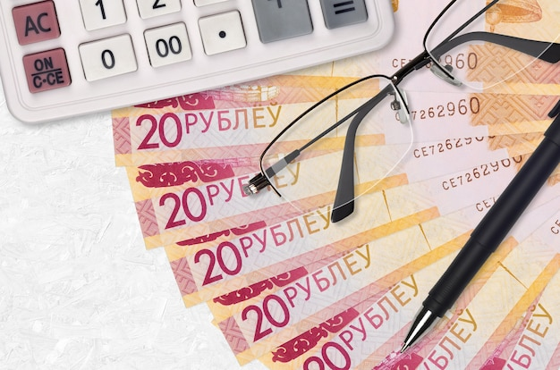 20 wit-russische roebels rekeningen ventilator en rekenmachine met bril en pen
