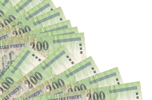 200 hongaarse forint rekeningen liggen geïsoleerd op een witte muur met kopie ruimte gestapeld in ventilator close-up. payday-tijdconcept of financiële verrichtingen