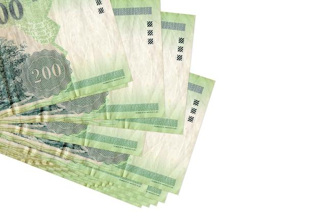 200 hongaarse forintbiljetten liggen in een klein bosje of pak geïsoleerd op wit. bedrijfs- en wisselkantoorconcept