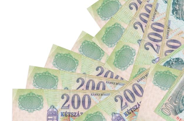 200 hongaarse forintbiljetten liggen in verschillende volgorde geïsoleerd op wit. lokaal bankwezen of geld verdienen concept.