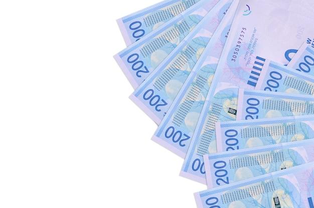200 israëlische nieuwe sikkels rekeningen liggen geïsoleerd op een witte achtergrond met kopie ruimte