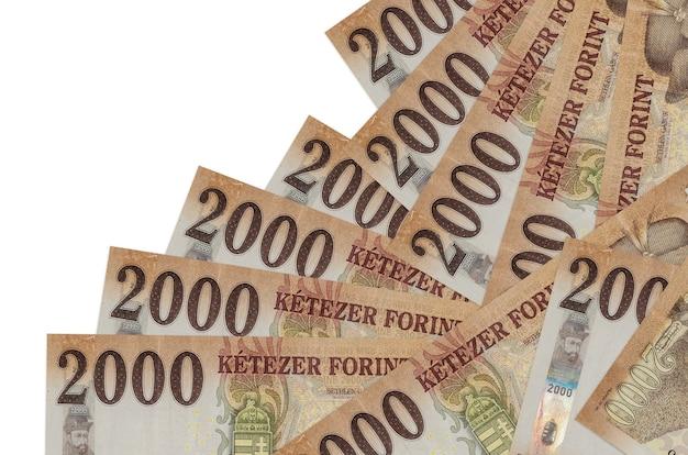 2000 hongaarse forintbiljetten liggen in verschillende geïsoleerde volgorde. lokaal bankwezen of geld verdienen concept.