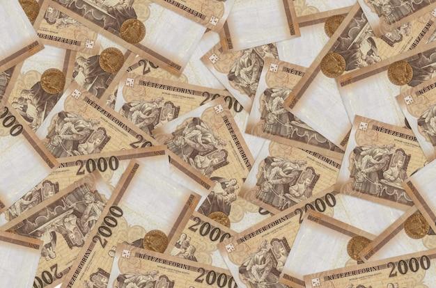 2000 hongaarse forintbiljetten liggen op een grote stapel. rijke leven conceptuele achtergrond. veel geld