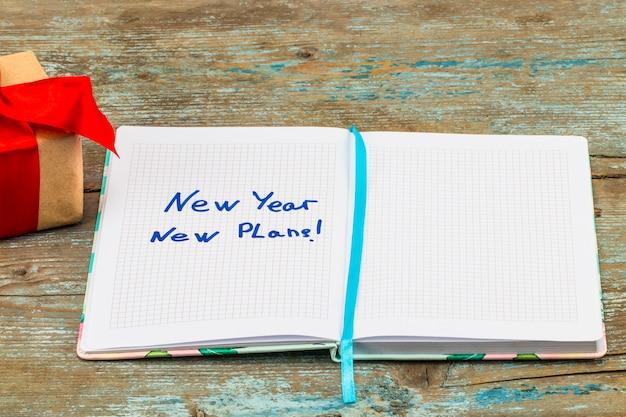 2018 resoluties tekst op notebookpapier met geschenkdoos voor bedrijfsconcept.