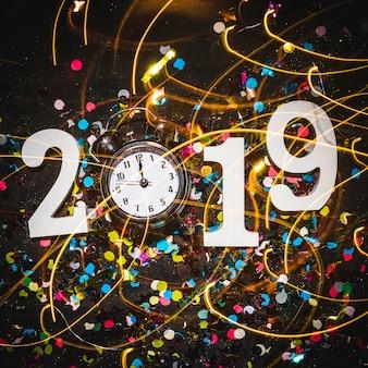 2019 cijfers met wekker die middernacht toont