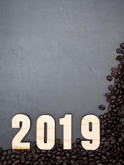 2019 frame koffiebonen op een donkere achtergrond