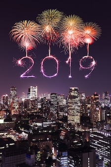 2019 gelukkig nieuw jaarvuurwerk fonkeling met tokyo bij nacht, japan
