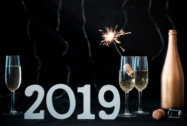 2019 inscriptie met bengaals vuur in glas