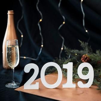 2019 inscriptie met champagne glas op tafel