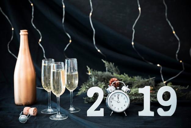 2019 inscriptie met champagneglazen op tafel