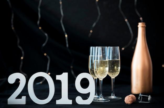 2019 inscriptie met champagneglazen