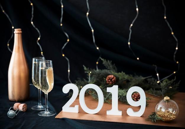 2019 inscriptie met een bril op tafel