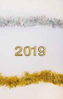 2019 inscriptie met heldere klatergoud op tafel