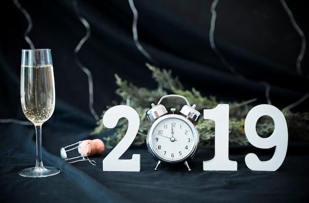 2019 inscriptie met klok op tafel