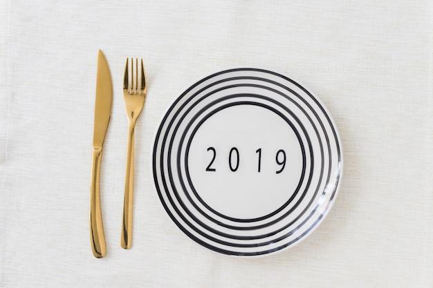 2019 inscriptie op de plaat op tafel