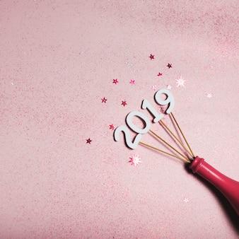 2019 inscriptie op stokken in roze fles