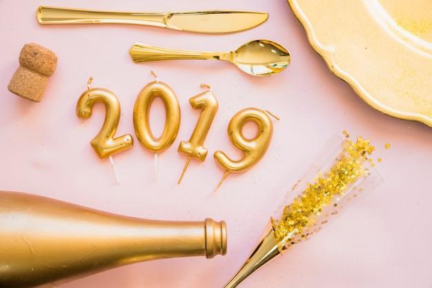 2019 inscriptie van kaarsen met bestek op tafel